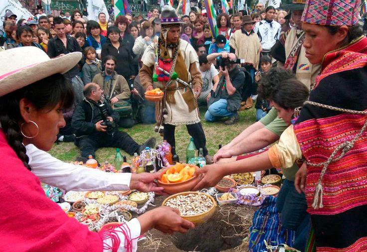 La Pachamama es la diosa de la fertilidad y de la tierra. Agosto es el mes de la Madre Tierra y, por eso, cada 1/8 se celebra su día para pedir y agradecer todo lo que ofrece. Se festeja en las áreas andinas de Bolivia, Ecuador y Perú, y en el norte de Argentina y de Chile.