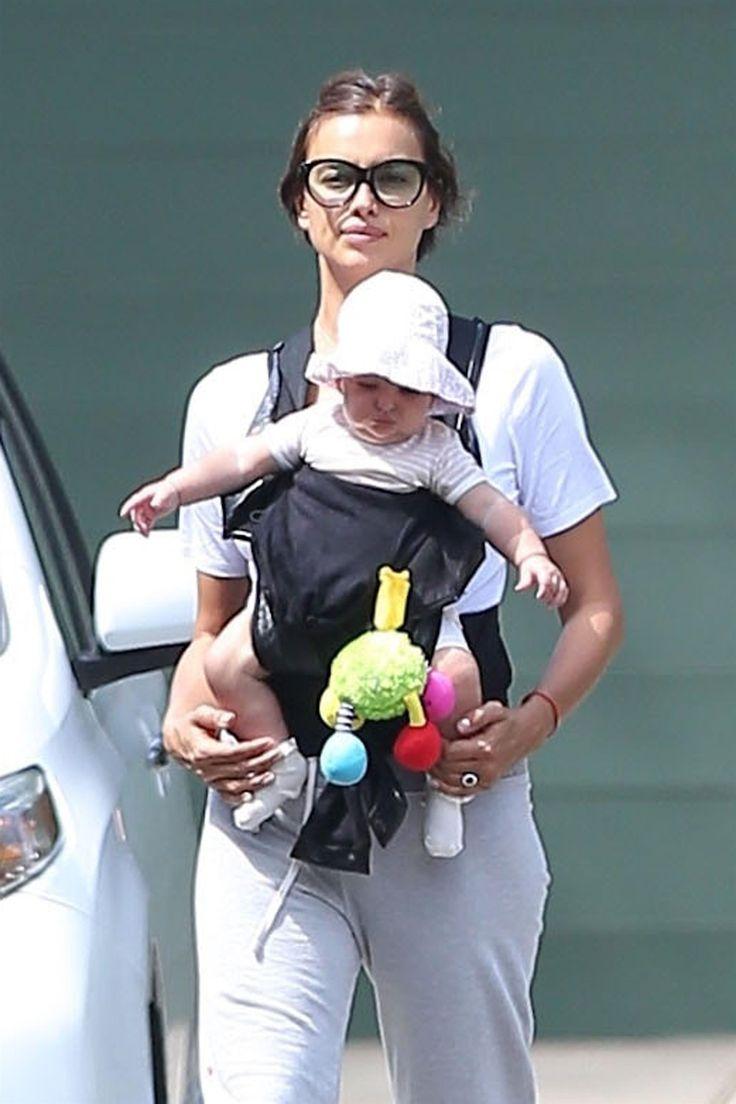 Ирина Шейк больше не скрывает лицо дочери от поклонников и прессы Папарацци сфотографировали модель в спортивном костюме во время очередного выхода на прогулку с дочкой.