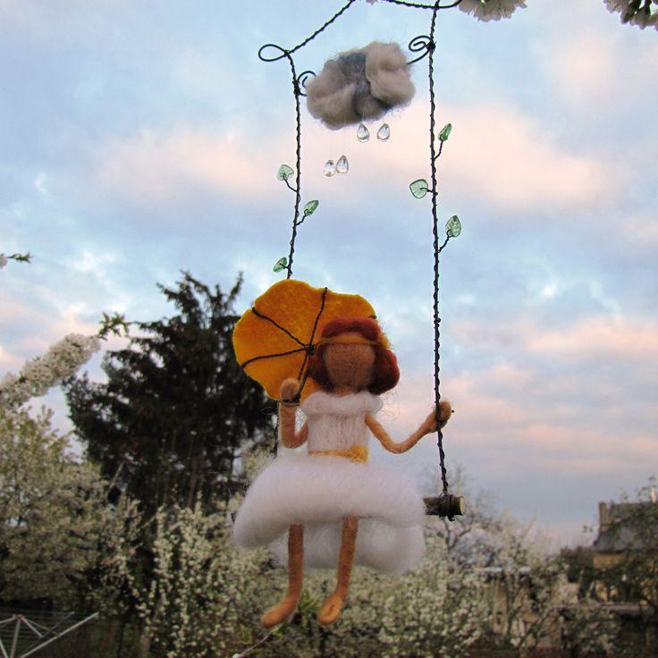 Májový+deštík+Plstěná+vílenka+na+houpačce,s+deštníčkem,který+ji+chrání+před+nepřízní+počasí