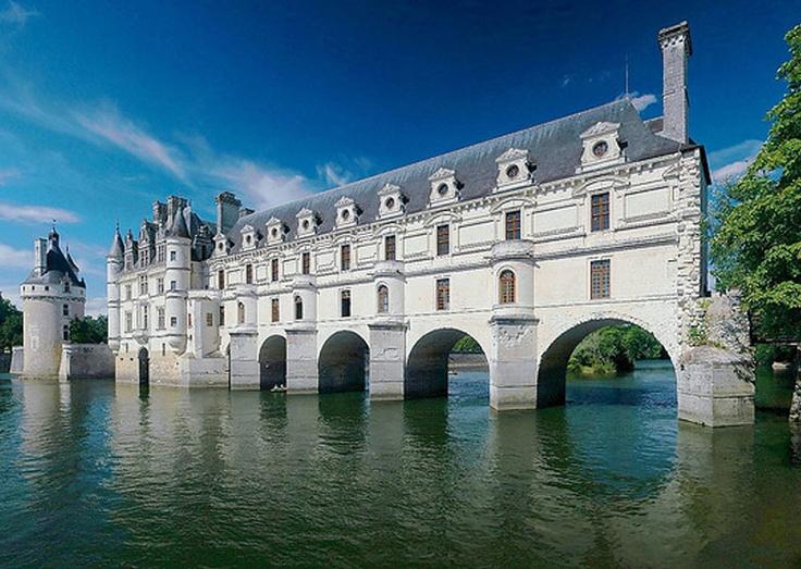Castillos del Loira, una ruta de cuento.  Desde Sully Sur Loire hasta Chalonnes a lo largo del valle hay 19 majestuosos castillos con características arquitectónicas particulares que encierran numerosas historias y están rodeados de un paisaje impresionante.