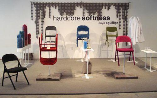 Стулья своими руками  Проект Тани Агуинига (Tanya Aguiniga) «Ужасная мягкость», который она представила общественности на выставке в Майами, был наиболее популярен среди гостей.    стулья, мех