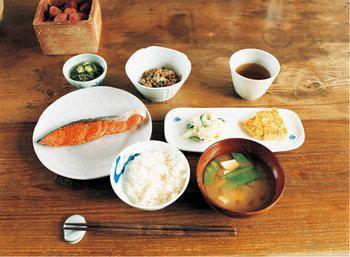 焼き鮭をメインに、納豆や玉子焼きを添えた朝ごはん。これぞ、王道ともいえる定番メニューですね。