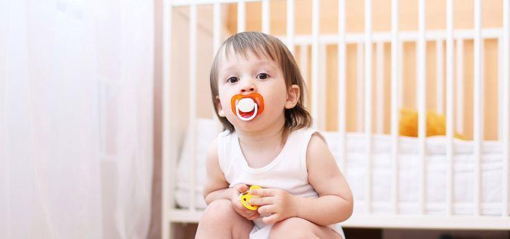 Evidemment ce n'est pas vous qui déciderez de donner une tétine au bébé que vous accueillez. Même si désormais on le sait, mieux vaut la sucette que le pouce. Néanmoins, vous pouvez être amenée à rassurer ou conseiller les parents, inquiets, s'ils vous interrogent. Et à adopter l'attitude qu'ils souhaitent avec leur enfant, quant à l'usage de sa tétine notamment au moment du « sevrage ».