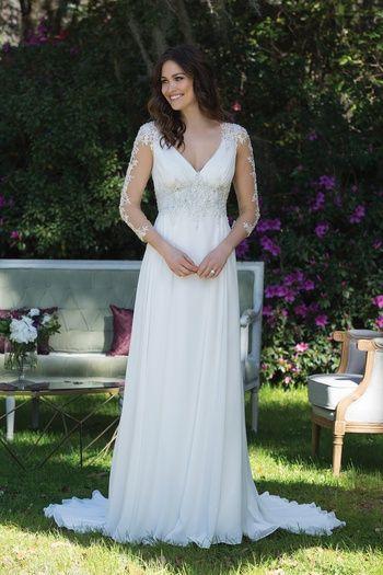 Style 3990: Duchesse-Kleid Chantilly-Spitze, mit Perlen eingefasster, doppelter Schlüsselloch-Rücken | Sincerity Bridal