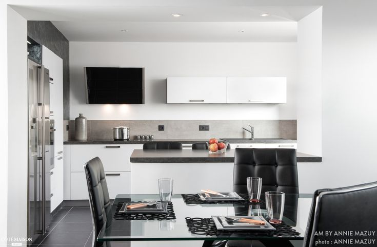 Une grande cuisine moderne blanche et grise ouverte sur for Grande cuisine moderne
