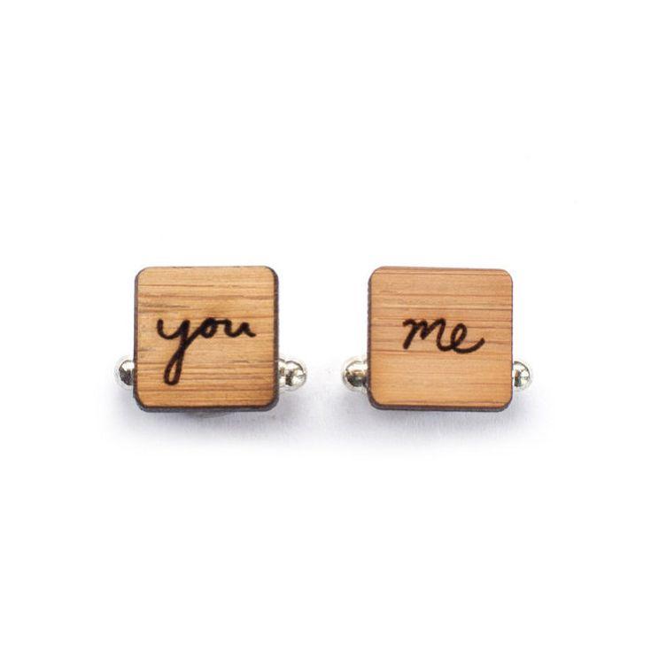 Boutons de manchette de mariage | boutons de manchette pour le marié  ♥ Ces boutons de manchette de mariage sont parfaits pour votre marié à porter lors de votre mariage. ♥ Les boutons de manchettes en bois marié sont un design unique dune feuille heureux qui a été découpé sur bois de bambou marron miel au laser. ♥ Le laser couper les boutons de manchette carrés en bois sont 0,47 po (1,2 cm) en hauteur et en largeur.  ♥ Ces boutons de manchette permettrait également de faire un cadeau…