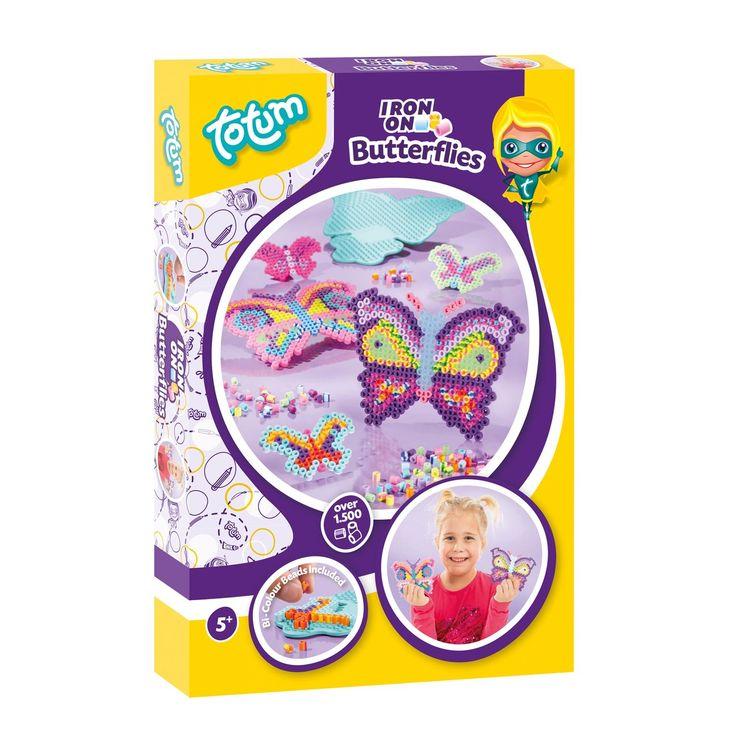 Maak de mooiste vlinders met deze strijkkralenset van Totum. Plaats de zomers gekleurde kralen op het strijkkralenbordje in de vorm van een vlinder en bedenk de mooiste patronen. Door het toevoegen van de duo-gekleurde kralen creëer je speciale effecten op de vleugels van de vlinder. Inclusief ca. 1500 strijkkralen, een strijkpapiertje en een gebruiksaanwijzing. Afmeting: verpakking 27 x 18 x 3 cm - Strijkkralenset - Vlinders