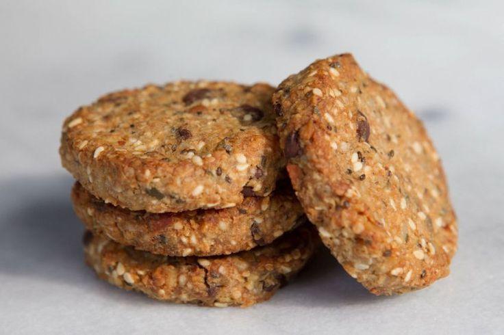 I biscotti ai semi di chia è una ricetta vegetariana per realizzare un dolce sano, genuino e ricchissimo di proprietà benefiche, questo grazie ai semi di chia.