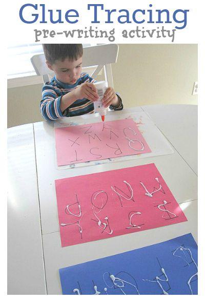 Oefening voorbereidend schrijven: letters naschrijven met lijm, laten drogen, voel de letters en 'schrijf' ze na met je vinger.