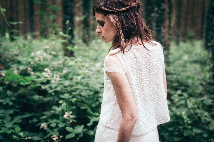 Vanda Outh Création et Customisation de Robe de Mariée Sur-Mesure. Elle revisite la robe de la mère pour la fille, Vanda confectionne avec la future mariée une robe moderne et unique, tout en soignant les détails et sans la dénaturer. Elle imagine des coupes simples, vaporeux, intemporelles. Les douces matières se côtoient comme la soie peau de pêche, crêpe de mousseline, dentelle de chantilly et du coton en plumetis.