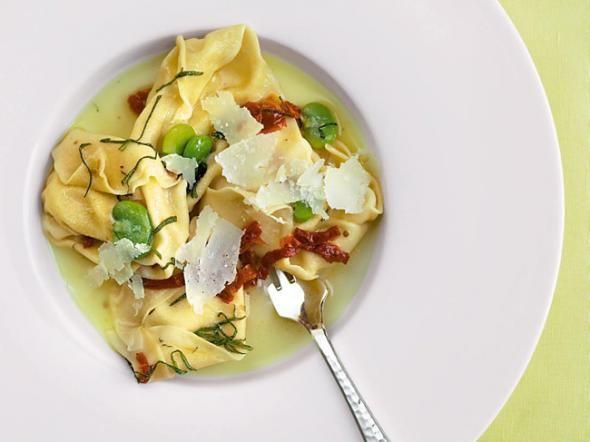 Italienische Pasta-Rezepte machen jeden glücklich. Ob Nudeln mit Tomatensoße, vegetarische Pasta oder eine echte Lasagne: Entdecken Sie mit Cornelia Poletto die Vielfalt der Pastagerichte!