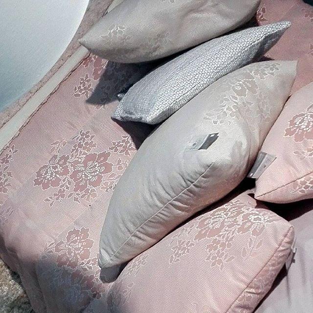Vai uma guerra de almofadas? 😉👍  Coleção Têxtil'17 #mykindofstore #mykindofdecor #lojasdeborla