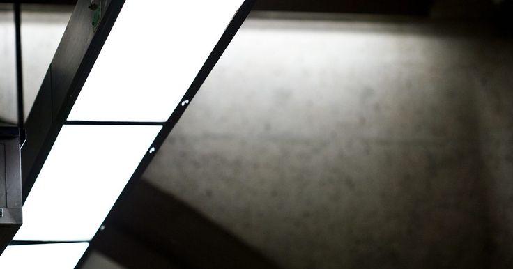 Cómo funcionan los balastros electrónicos. El balastro de una lámpara fluorescente es un dispositivo que pone en marcha la lámpara y regula el voltaje, la frecuencia y la cantidad de corriente que entra en la misma. Las lámparas fluorescentes solo se pueden conectar a la red eléctrica de un hogar a través de un balastro. A partir de mediados de la década de 1980, los fabricantes de ...