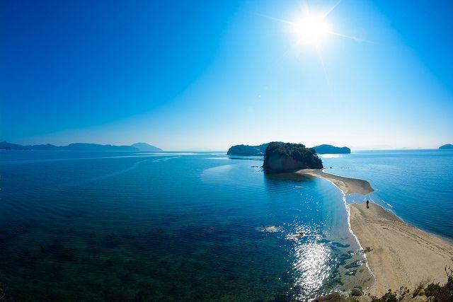 瀬戸内海の素晴らしい自然に恵まれた香川県・小豆島。この島に、引き潮の時にだけ現れる不思議な道をいれば「エンジェルロード」。恋人の聖地にもなっている天使の散歩道をご紹介します。