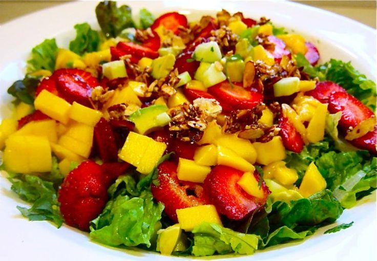 Salade met gegrilde kip, mango en aardbeien