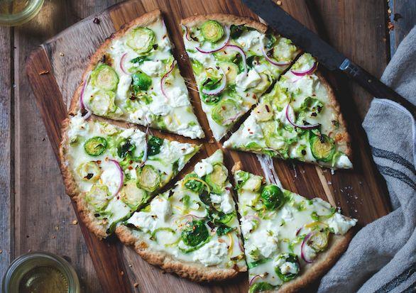 Blomkålspizza Ingredienser till 1 pizza  1/2 blomkålshuvud (ca 400 g) 2 ägg Salt Peppar ca 1 msk kokosmjöl ev mager ost  Kokosmjölet kan bytas ut mot till exempel fiberhusk eller annat mjöl. Mängden kan variera eftersom det beror på hur vattning blomkålen är.  Gör så här: 1. Sätt ugnen på 200 grader, mixa sedan blomkålen till couscous-liknande korn i en matberedare eller riv med ett rivjärn. 2. Pressa ut så mycket vätska du bara kan ur blomkålen genom att forma den till små bollar och…