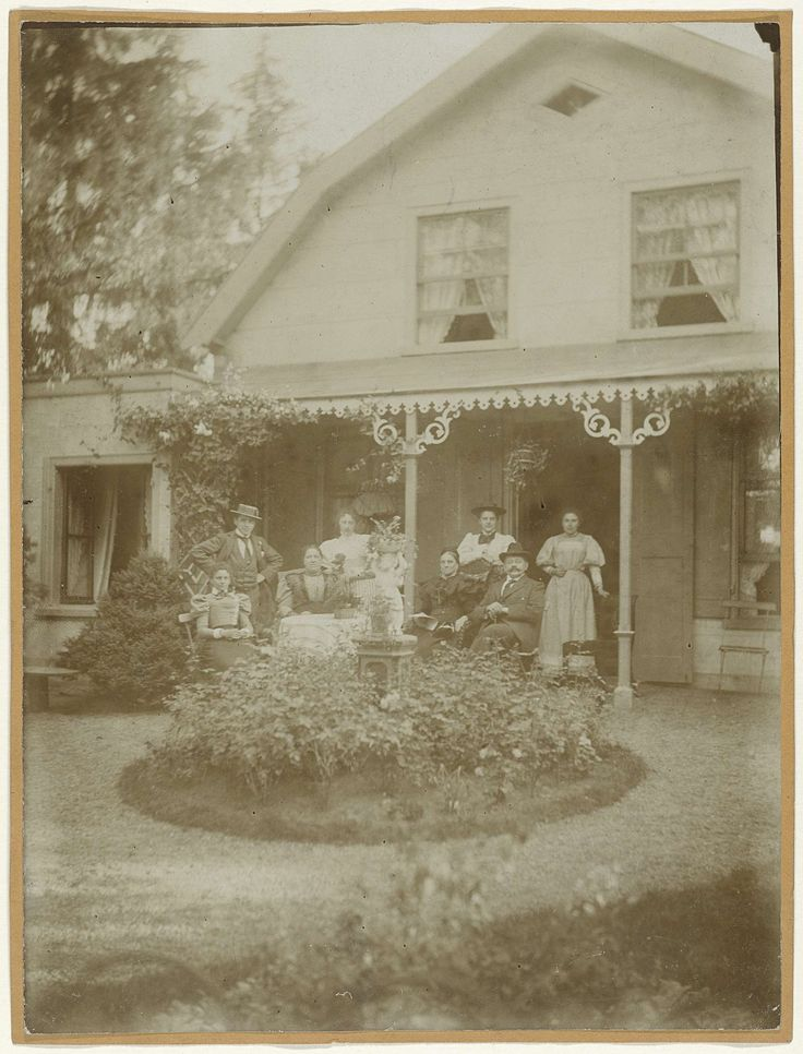 Anonymous | Familieportret voor Huis te Vraag in Amsterdam, Anonymous, 1880 - 1920 |