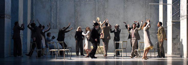 Un Roméo et Juliette revisité par Eric Ruf à la Comédie Française. une mise en scène risquée mais qui fonctionne plutôt bien.
