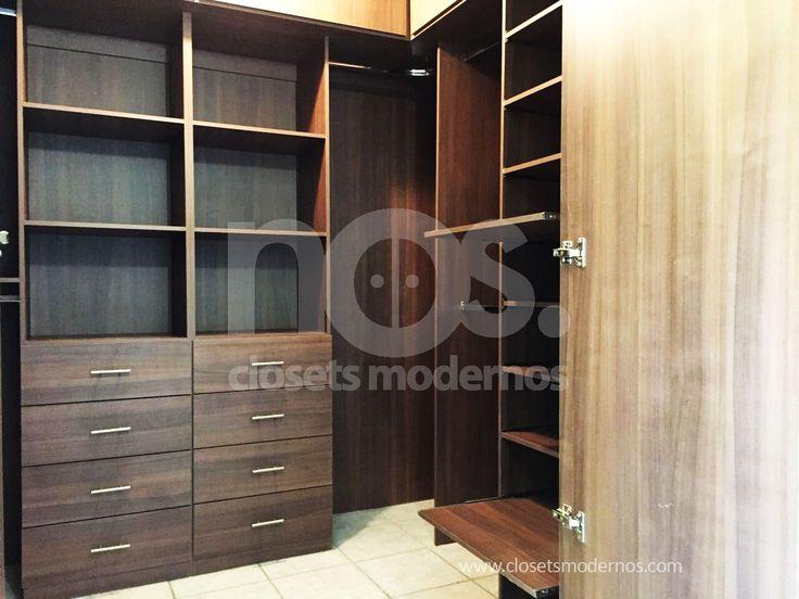 Closets modernos de madera color chocolate para lucir tu guardarropa como en una boutique. #closetsmodernos #closetideas #closetgoals