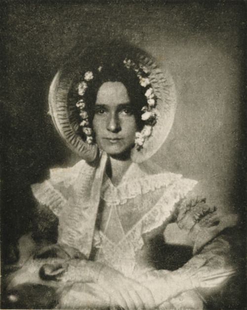 John William Draper-Dorothy Catherine Draper, 1840 El primer retrato de Dorothy Catherine Draper fue hecha originalmente en 1840 por su hermano, el doctor John William Draper, como un daguerrotipo.  Esta fue la primera fotografía hecha con éxito de la cara humana.