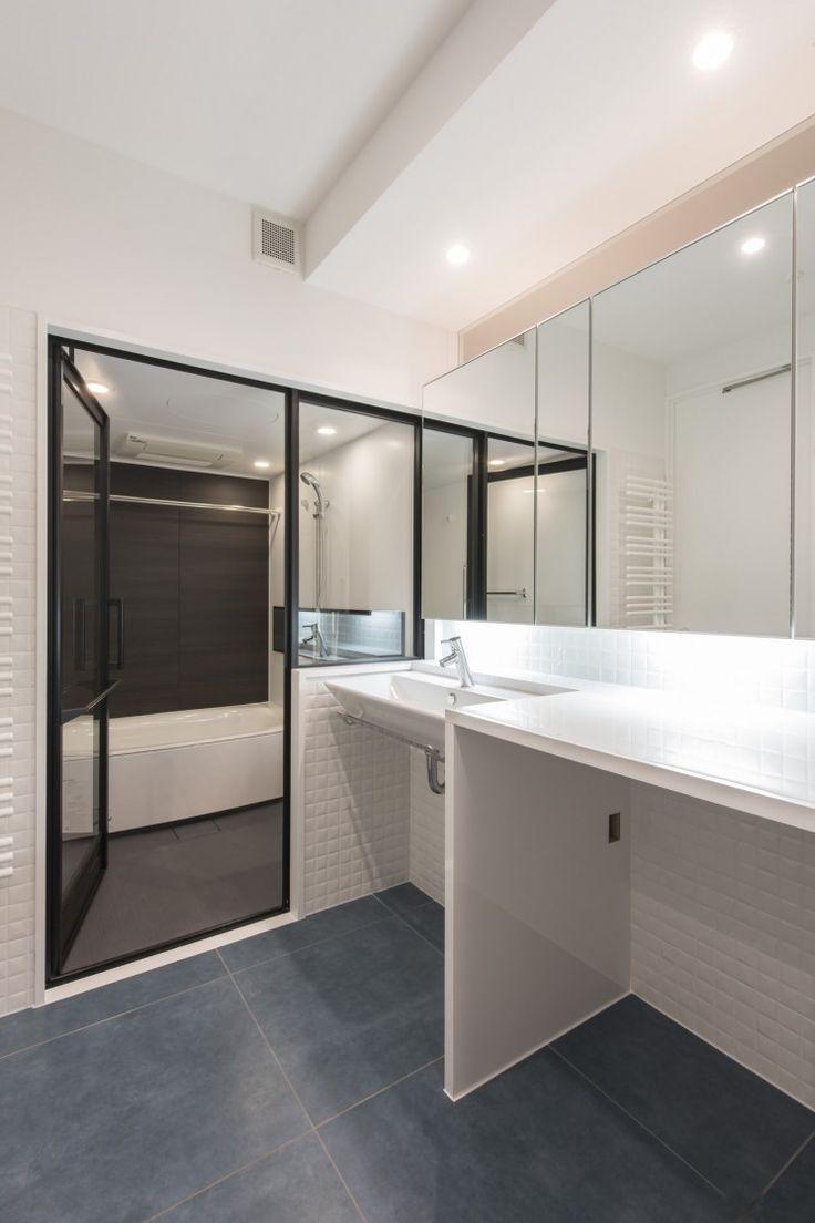 洗面とバスの一体感・つながりを意識して カウンター下は洗濯機置場です。タイル貼床と浴室ガラスドア・間接照明    CO+ GALLERY(コプラスギャラリー) | コーポラティブハウスの株式会社コプラス