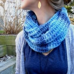 Free knitting pattern for this quick and cozy infinity scarf
