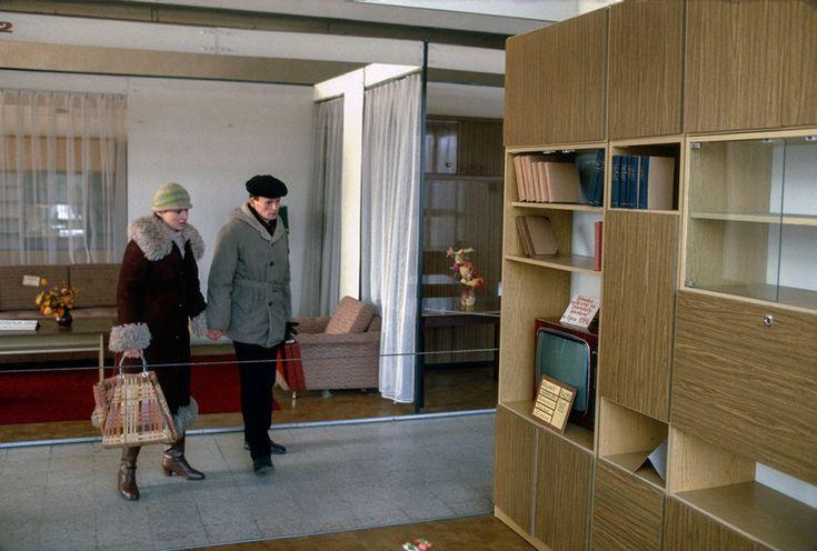 """Meble w sklepie """"Emilia"""", Warszawa, 1982, Polska. Foto © Chris Niedenthal"""