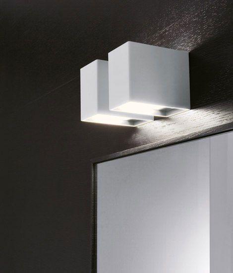 Lampada 529 Falper. Faretto di colore bianco con luce alogena per posizionamento a parete. E' prevista la versione in acciaio inox lucido.