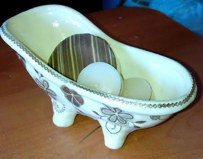 tina de cerámica con decoupage, con velas y jabones
