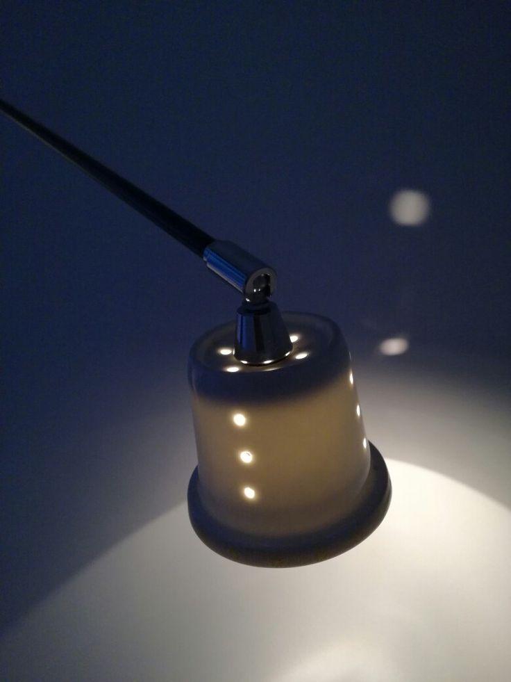 Oude jaren 80 lamp waar oranje glazen kapjes op zaten. Wij hebben zelf lampen kapjes gemaakt van de zweef uit de chinese theebekers. Gaatje erin geboord en klaar !