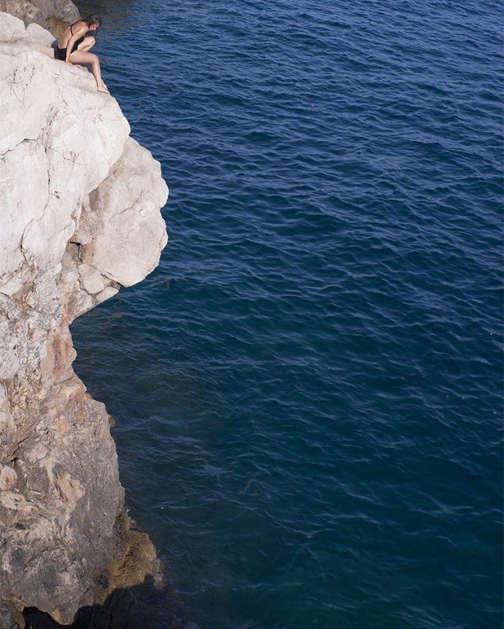 Та самая скала в Дубровнике #uluwatu Бро сделала с нее все возможные трюки и еще со скалы побольше, но она против солнца и мы пошли восполнять запасы в местную канубу. #всекрутотю