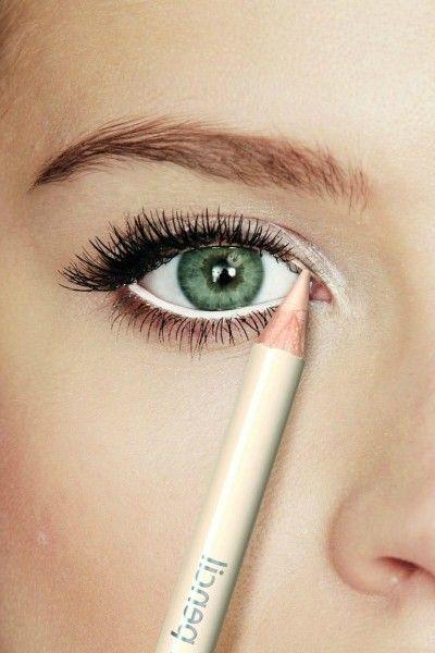 TRUCOS DE MAQUILLAJE PARA AGRANDAR TUS OJOS ☆ Necesitas Delineador blanco para ojos 2.~ Aplica tu maquillaje como acostumbras. 3.~ Al terminar de maquillarte, pinta de blanco la línea inferior de las pestañas. 4.~ Finaliza aplicando doble capa de rímel. Verás cómo ahora tus ojos lucirán más grandes.