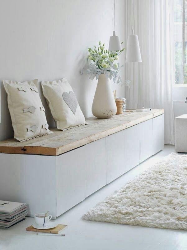 Banco de madera con cajones pintados de blanco y tablones de madera viejos.