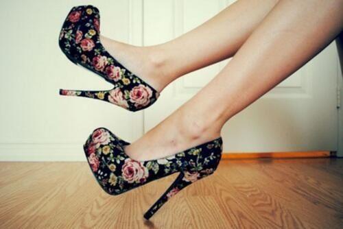 chaussures a talon. Les escarpins : ouverts sur le devant du pied, motif : fleur parfait pour porté ses chaussures là en été.