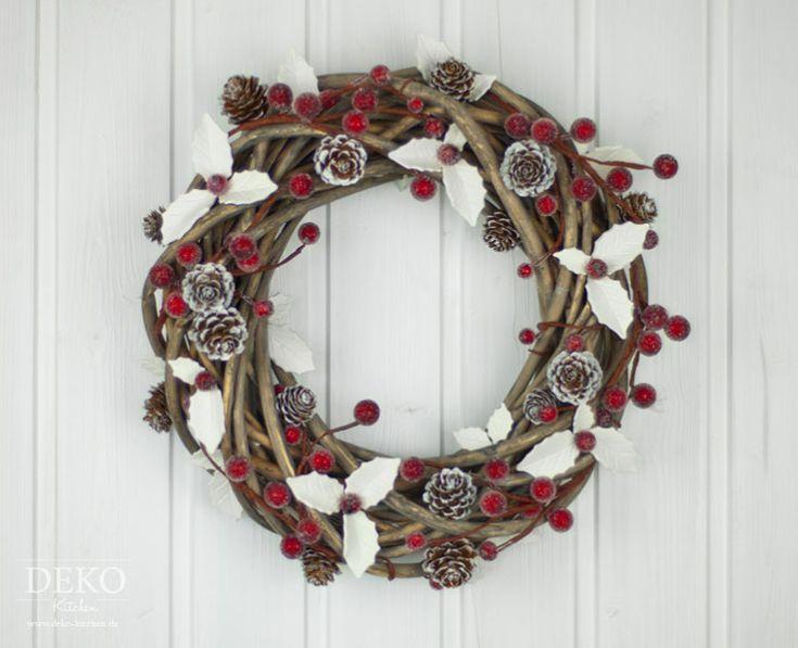 Dieser elegante Türkranz heißt Besucher in der Weihnachtszeit willkommen und kommt dabei ganz ohne Tannenzweige und Weihnachtskugeln aus. Als Basis dient ein einfacher Weidenkranz der mit schlichten w