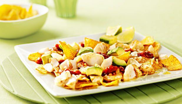 Ønsker du å imponere med en ny måte å servere nachos på? Da bør du prøve denne med torsk, toppet med salsa, crème fraîche og avokado. Dette blir sikkert en ny favoritt til helgekosen.