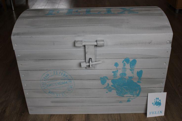 Deze houten speelgoedkisten (schatkist) beschilder ik naar wens. o.a. in de stijl van het geboortekaartje met naam. Zie voorbeeld. www.jessika-atelier.nl