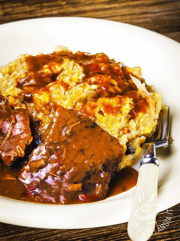 Il Brasato con cipolle di Tropea e cavolo stufati è una preparazione arcigustosa e molto originale, per gustare un buon taglio di carne in modo diverso.