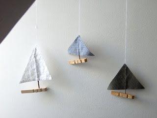 """atelier pour enfants : """"Le grand livre du bricolage"""" / mobile bateaux pinces à linge"""
