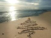 Christmas : Albero di Natale disegnato in sabbia sulla spiaggia. Vacanze concetto.