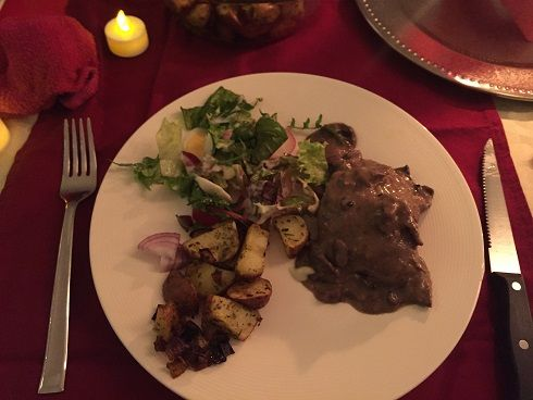 Hertenbiefstuk met paddenstoelen rode wijn saus, Roseval aardappeltjes en cranberry compote