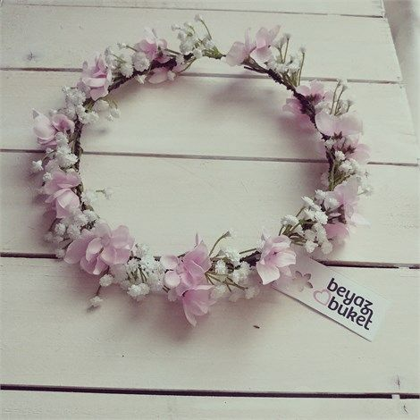 Pembe Ortanca Cipso Gelin Çiçekli Tacı | Beyaz Buket    Baharın güzelliği saçlarınıza konsun Pembe Ortanca Cipso Gelin Çiçekli Tacı.