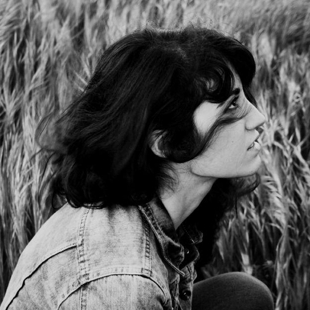 Ester García nació en 1984 en Cáceres. Es licenciada en Bellas Artes por la Universidad de Salamanca, donde descubre la ilustración como vocación.    Desde 2008 reside y trabaja en Madrid como ilustradora para diferentes editoriales y clientes nacionales e internacionales, dibujando aves y otros sueños.