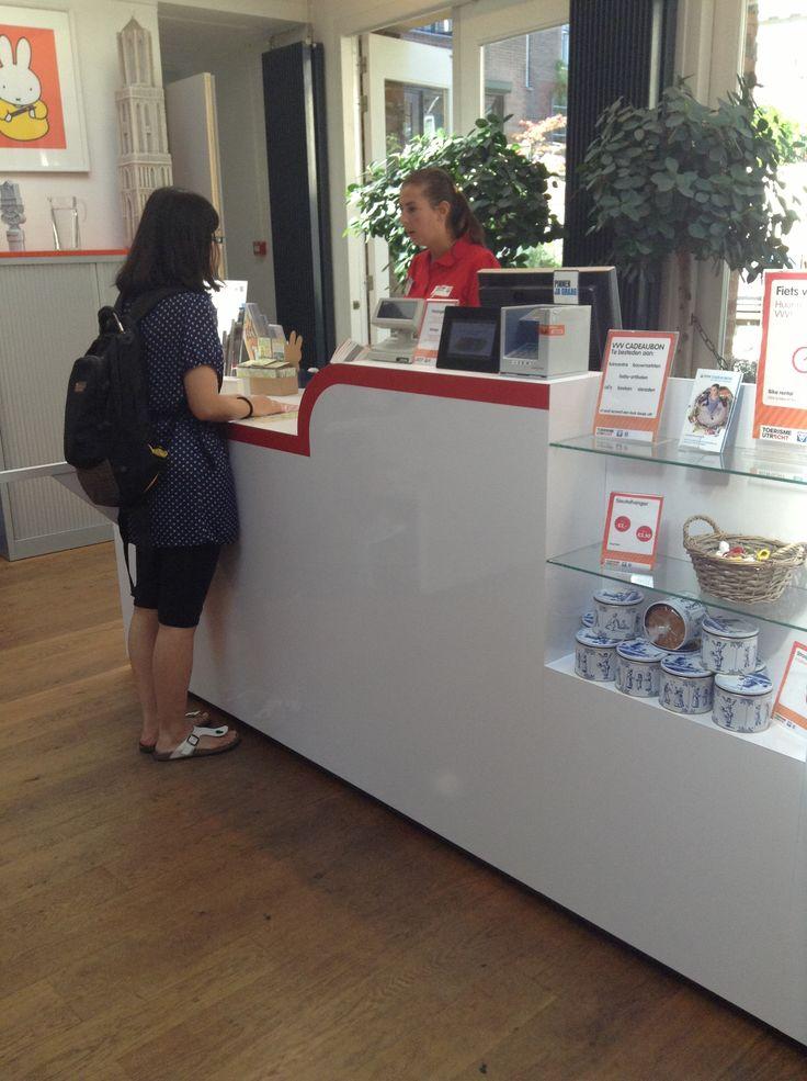 Met behulp van een vriendelijke medewerker krijgen toeristen alle informatie.