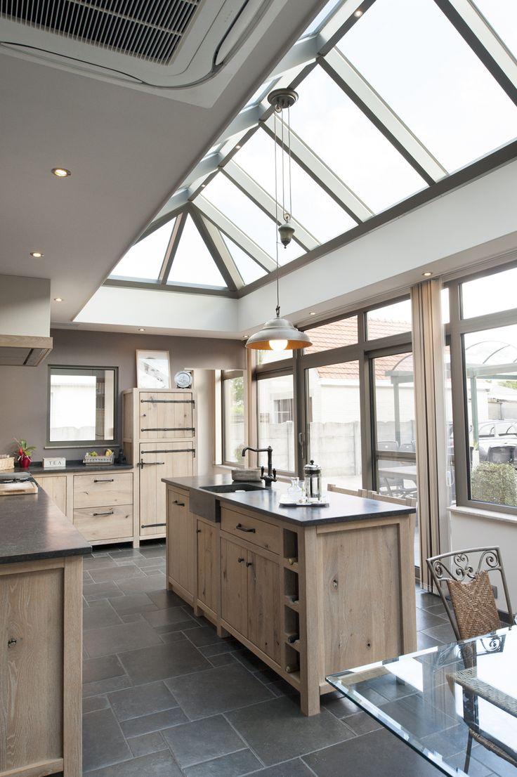 De stijl van de keuken en de veranda sluiten op elkaar aan.