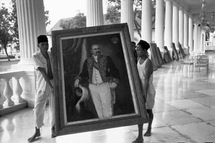 INDONESIA. Jakarta. Independence. 1949. The day before Independence, three hundred portraits of Dutch governors being moved out of the Governor's residence (later known as Istana Merdeka or Palace of Freedom). From Magnum Photos website.
