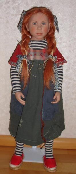 Коко-это волшебный 65 см большой виниловые куклы с ткани тела из издания 2009 года. Она ограничена 95 штук и приходит к вам с сертификатом. Она носит платье из хлопка с кольчатых колготки, длинную красную человеческие волосы и голубо-серые стеклянные глаза. Espandrilles соответствующего цвета дополняют общую картину. Коко находится в отличном оригинальном состоянии из животного свободного номера для бытовых и раскупались в карлика носа уже..