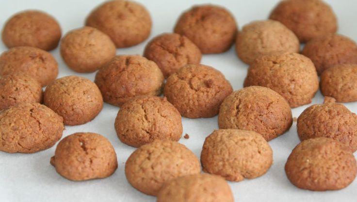 Spelt pepernoten zonder geraffineerde suiker. Met volkoren speltmeel, oerzoet en peer appelstroop. Lekker en stuk gezonder.