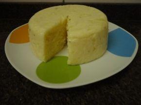 Mandiokeijo (Mussarela Vegana) - fazer só meia receita, dicas nos comentários. USAR FOGO BAIXO, NÃO MÉDIO. Testar batendo o purê só com água, e colocando os outros ingredientes na panela e o pure batido por cima. 3 xícaras de purê de mandioca (cozida em panela de pressão por uns 35 min), 2 xícaras de água (do cozimento da mandioca), 1 xícara de polvilho doce, 1 xicara de polvilho azedo, 1/2 xícara de azeite, 1 colher de chá de sal 1/2 limão, orégano (ou outra erva/tempero)