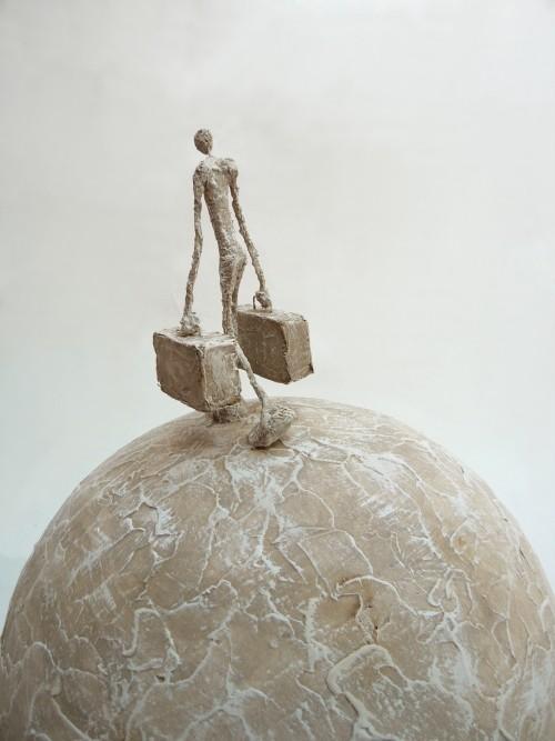 DesertRose,;,going back home,;, Dans les sculptures comme dans les peintures d'Antoine Josse (1970) artiste français, tout semble aérien. Le matériau est léger, la poésie et l'envie d'envol sont à chaque coin de tableau ou d'objet,;;